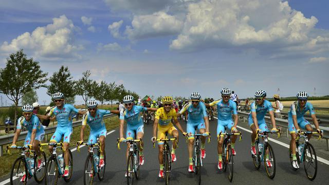 L'Italien Vincenzo Nibali, entouré de ses équipiers de la formation Kazakhe Astana avant le départ de la 21e et dernière étape du Tour de France, le 27 juillet 2014 entre Evry et Paris. [Jeff Pachoud / AFP]
