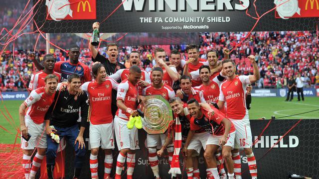 Les joueurs d'Arsenal posant avec le trophée de la Community Shield après avoir battu Manchester City à Wembley le 10 août 2014 [Glyn Kirk / AFP]