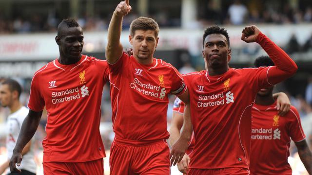 Le capitaine de Liverpool Steven Gerrard (N.8) est félicité par ses coéquipiers après avoir transformé un penalty contre Tottenham, le 31 août 2014 à White Hart Lane à Londres [ / AFP]