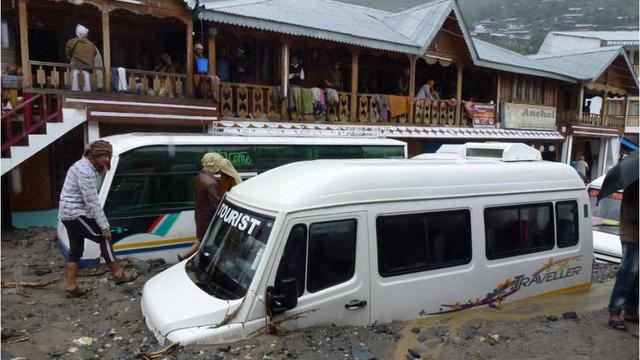 Des véhicules enlisés à cause de inondations le 18 kuin 2013 à Chamoli dans l'état d'Uttarakhand dans le nord de l'Inde [INDIAN ARMY / INDIAN ARMY/AFP Photo]