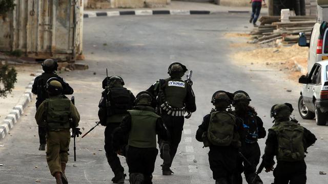 Affrontement entre des soldats israéliens et des manifestants palestiniens près de la ville palestinienne de Al-Bireh, le 9 aout 2014, après l'enterrement d'un jeune de 19 ans tué par les soldats israéliens [Abbas Momani / AFP]