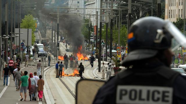 La ligne de tramway de Sarcelles bloquée par des barricades enflammées le 20 juillet 2014 en marge d'une manifestation interdite [Pierre Andrieu / AFP]