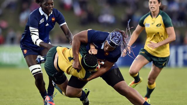L'ouvreuse australienne Tui Ormsby plaquée par la Française Safi N'Diaye lors d'un match de poule de la Coupe du monde de rugby, le 9 août à Marcoussis [Lionel Bonaventure / AFP/Archives]