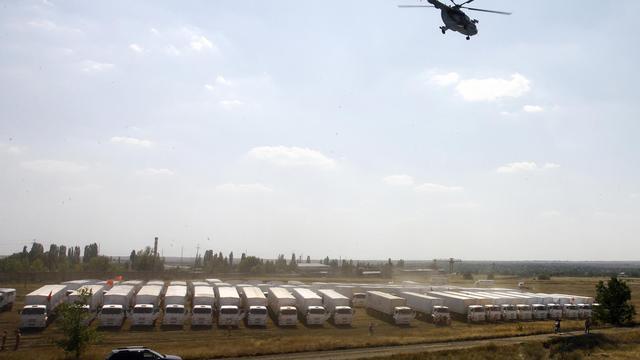 Un hélicoptère survole le convoi humanitaire russe près de Kamensk-Shakhtinsky le 14 août 2014 [Andrey Kronberg / AFP]