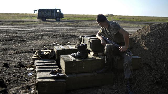 Un soldat ukrainien sur le bord de la route près de Lougansk à l'Est de l'Ukraine le 20 août 2014 [Aleksey Chernyshev / AFP]