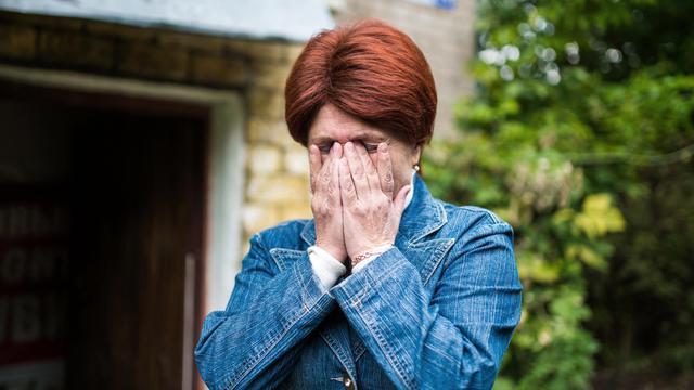 Ludmila Hohlova, présidente du conseil des mères de soldats (russes) qui dénonce des enterrements militaires secrets suite à des morts non déclarées en Ukraine, le 28 aout 2014 près de la base de parachutistes de Kostroma à 350 kilomètres de Moscou [Dmitry Serebryakov / AFP]