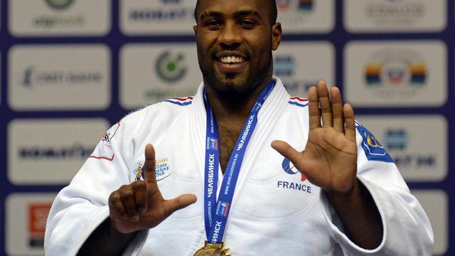 Teddy Riner, sept doigts levés, symbole de ses sept sacres mondiaux, le 30 août 2014 à Tcheliabinsk, en Russie, lors des Championnats du monde de judo [Vasily Maximov / AFP]
