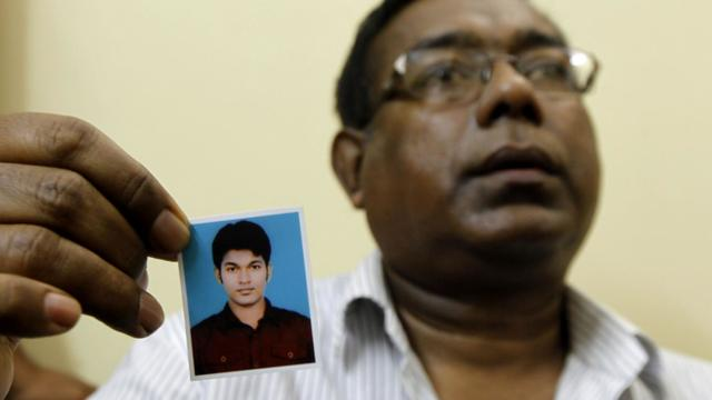 Quazi Mohammad Ahsanullah, père du Bangladais Quazi Mohammad Rezwanul Ahsan Nafis, montre une photo de son fils le 18 octobre 2012 à Dacca [ / AFP/Archives]
