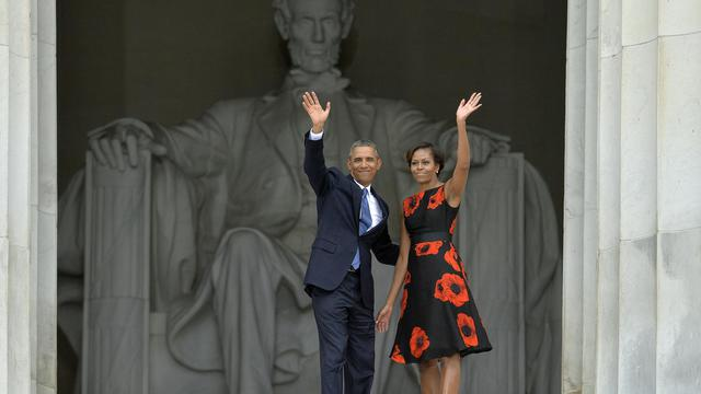 """Le président américain Barack Obama et sa femme Michelle assistent à une cérémonie célébrant le 50e anniversaire de la """"marche sur Washington"""", le 28 août 2013 au Lincoln Memorial à Washington [Jewel Samad / AFP]"""