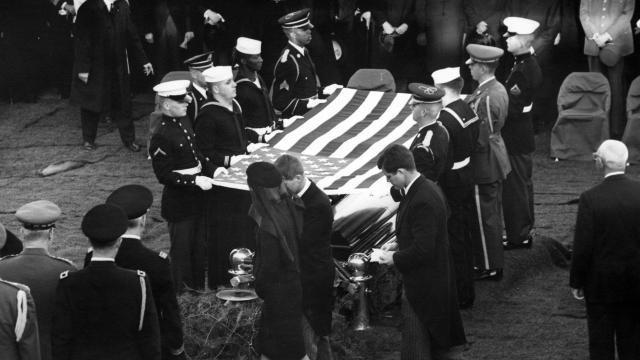 Les funérailles le 25 novembre 1963 de John F. Kennedy au Cimetière national d'Arlington, en Virginie, avec au premier plan, Jacqueline Kennedy, la femme du président assassiné, et ses deux frères Robert F. Kennedy et Edward M. Kennedy [Abbie Rowe-Wh Photographs / JFK Presidential Library/AFP/Archives]
