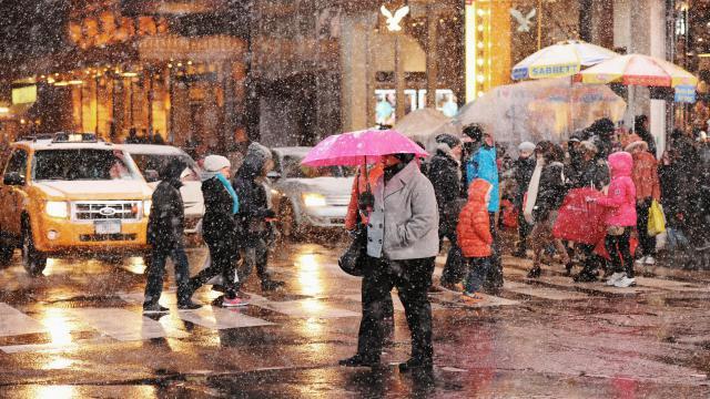 Des piétons sous la neige sur la 7e avenue de New York, le 2 janvier 2014 [Don Emmert / AFP]