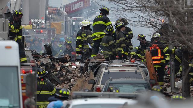 Des pompiers de New York sur les lieux de l'explosion de deux immeubles sur Park Avenue le 12 mars 2014 [Stan Honda / AFP]
