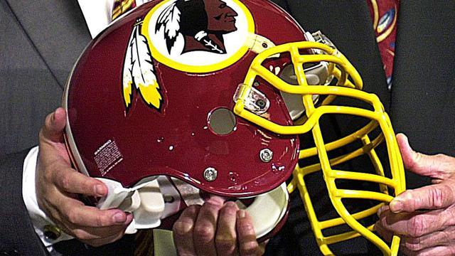 Le casque de l'équipe de football américain des Redskins de Washington, le 5 janvier 2002 lors d'une conférence de presse en Virginie. [Shawn They / AFP/Archives]