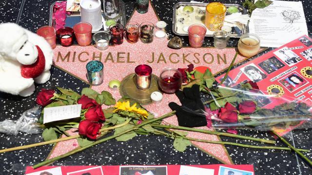 Des fleurs et des bougies déposées en hommage à Michael Jackson, au 5e anniversaire de sa mort, sur Hollywood Boulevard, en Californie, le 25 juin 2014 [Frederic J. Brown / AFP/Archives]