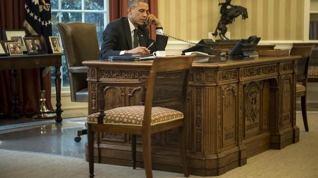 Le président américain Barack Obama au téléphone en conversation avec le roi de Jordanie Abdallah II, dans le bureau oval de la Maison-Blanche, le 8 août 2014 à Washington [Brendan Smialowski / AFP]