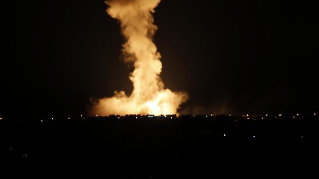 Des colonnes de fumée s'échappent du centre de Rafah (sud de la bande de Ga&za) après des bombardements de l'armée israélienne, le 9 août 2014 [Said Khatib / AFP]