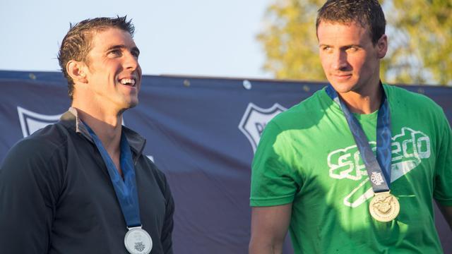 Ryan Lochte (à D) en or et Michael Phelps en argent, sur le podium du 200 m quatre nages aux Championnats des Etats-Unis, le 10 août 2014 à Irvine (Californie) [Robyn Beck / AFP]