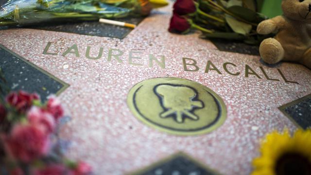 L'étoile de l'actrice américaine Lauren Bacall sur Hollywood Boulevard, fleurie après l'annonce de sa mort, le 12 août 2014 [Robyn Beck / AFP]
