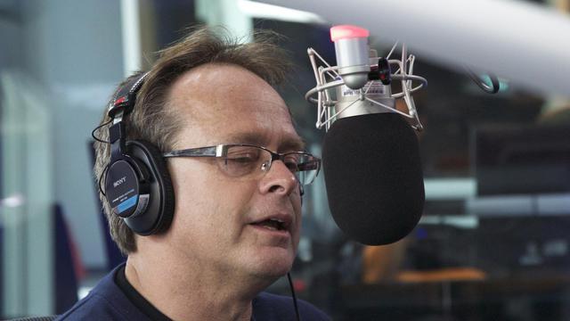 Marc Emery, militant de la légalisation  du cannabis, le 13 août 2014 dans un studio de radio à Toronto [Patrice Howard / AFP]