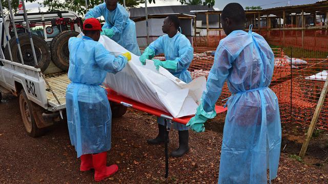 Des employés des pompes funèbres en Sierra Leone transporte le corps d'une victime du virus Ebola dans un camion de MSF à Kailahun le 14 août 2014 [Carl de Souza / AFP]