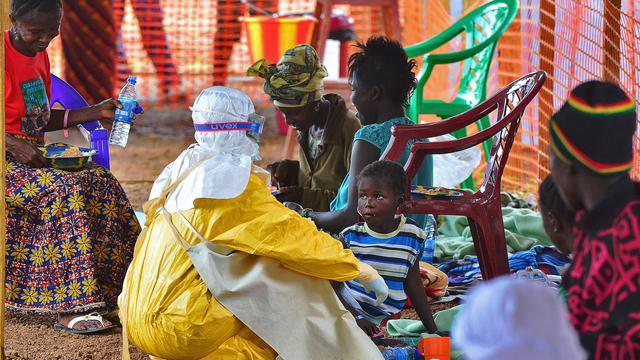 Un employé de MSF donne à manger à un enfant victime d'Ebola, le 15 août 2014 dans le centre de Kailahun, en Sierra Leone [Carl de Souza / AFP]