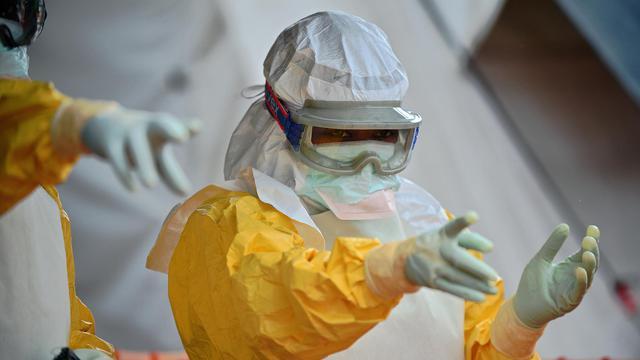 Un membre de MSF dans un centre de traitement à Kailahun (Sierra Leone), le 15 août 2014 [Carl de Souza / AFP]