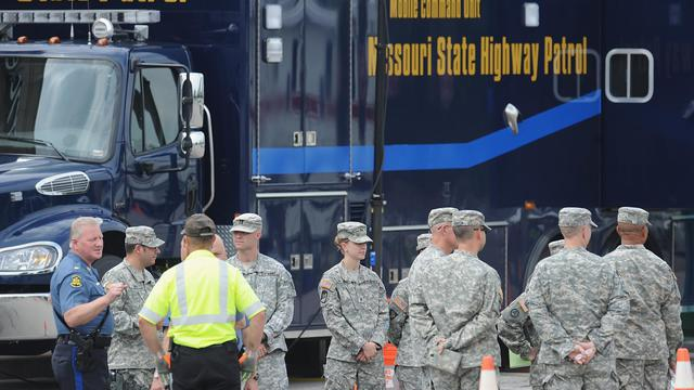 Des membres de la Garde nationale du Missouri arrivent au quartier général de la police de Ferguson, le 18 août 2014 [Michael B. Thomas / AFP]