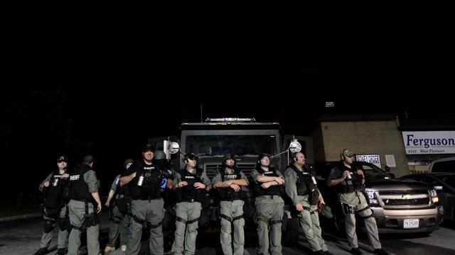 La police surveille à Ferguson  les manifestants qui protestent après la mort de Michael Brown, le 20 août 2014 [Joshua Lott / AFP]
