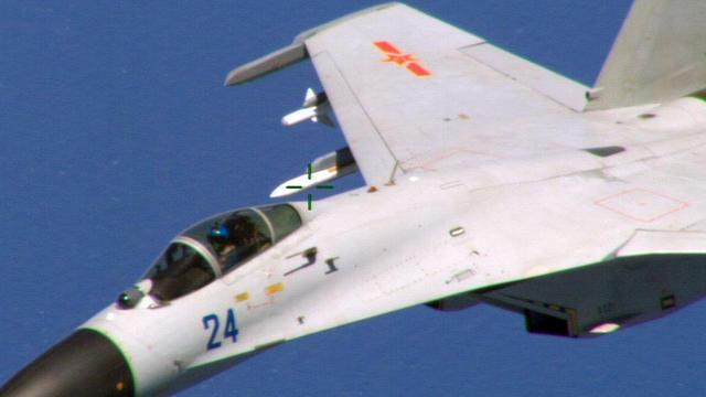 Photo, prise par un avion P8-Poseidon de la Marine américaine, du chasseur chinois qui l'a frôlé en vol à l'Est de la Chine, le 22 août 2014 [ / Department of Defense/AFP]