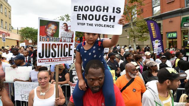 Plusieurs milliers de manifestants à Staten Island à New York le 23 août 2014 protestent contre la mort d'Eric Garner, un père de famille noir décédé lors de son interpellation par la police le mois dernier [Stan Honda / AFP]