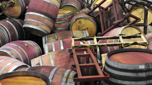 Des fûts sont sens dessus dessous dans la cave de Bouchaine Vineyard après le séisime qui a touché Napa Valley, le 25 août 2014 [Josh Edelson / AFP/Archives]