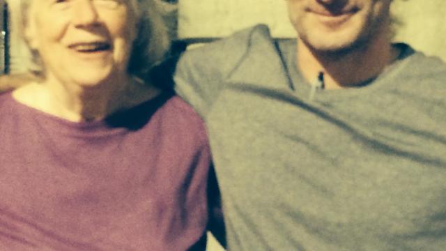 Photo diffusée par la famille de l'ancien otage américain Peter Theo Curtis le 26 aout 2014 à son arrivée à l'aéroport de Boston, avec sa mère Nancy Curtis ; il a été libéré dimanche après 22 mois de captivité aux mains du Front al-Nosra [- / famille Curtis/AFP]