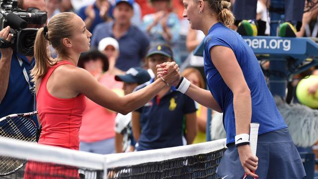 La Serbe Aleksandra Krunic (g) serre la main de la Tchèque Petra Kvitova  après l'avoir éliminée au 3e tour de l'US Open, le 30 août 2014 à Flashing Meadows à New York [ / AFP]