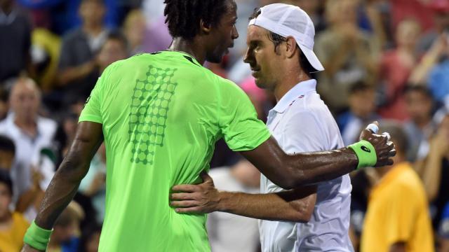 Gael Monfils et Richard Gasquet à l'issue du match qui les a opposés le 31 août 2014 à l'US open de tennis à New York [Stan Honda / AFP]