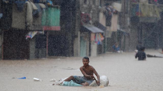 Les pluies diluviennes à l'origine d'inondations monstres à Manille ont fait près de deux millions de sinistrés nécessitant une aide alimentaire et matérielle, en attendant le reflux des eaux, ont annoncé les secours mercredi.[AFP]