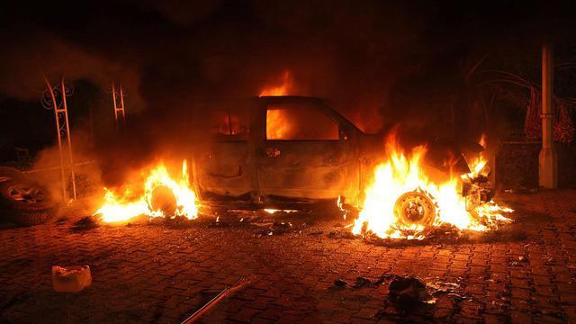 Une voiture brûle dans l'enceinte du consulat américain à Benghazi, en Libye, le 11 septembre 2012 [ / AFP/Archives]
