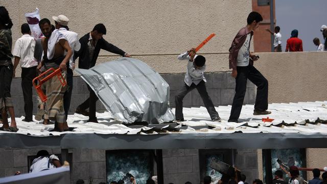 Les protestations contre un film dénigrant l'islam se sont étendues jeudi à plusieurs pays musulmans, des manifestants en colère prenant brièvement d'assaut l'ambassade américaine à Sanaa et d'autres se heurtant à des policiers devant celle du Caire. [AFP]