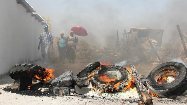 Des pneus en feu, près de la mine de platine de Rustenburg, le 20 septembre 2012 [Cynthia Matonhodze / AFP]