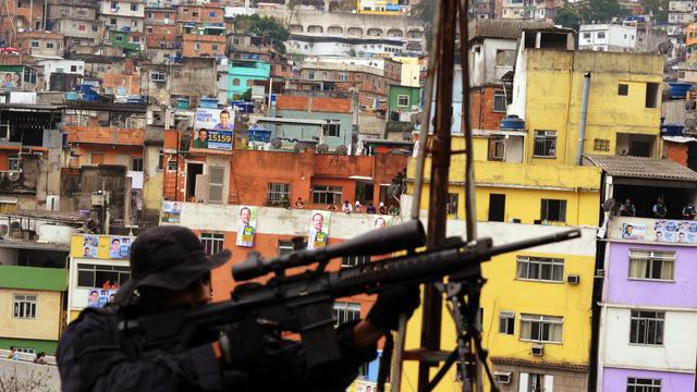 Un policier sécurise une école de la Rocinha, la plus grande favela du Brésil, le 20 septembre 2012 à Rio [Antonio Scorza / AFP]