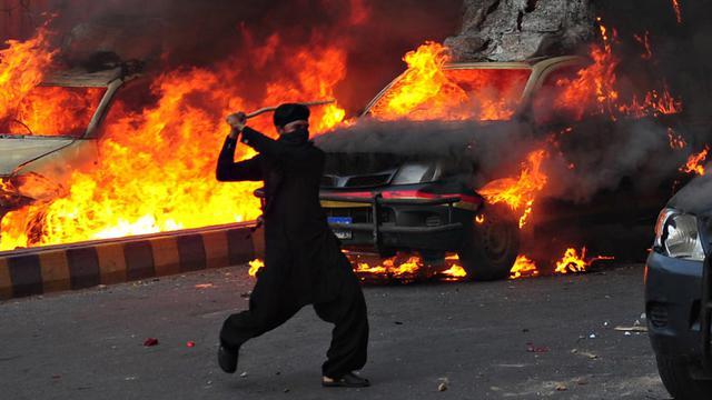 Un Pakistanais musulman s'en prend à la police lors d'une manifestation contre le film anti-islam, à Karachi, le 21 septembre 2012 [Asif Hassan / AFP]