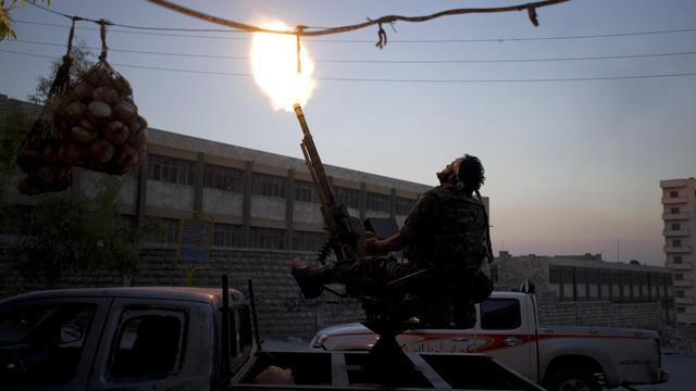 Un revelle tire sur un avion de l'armée syrienne, le 19 septemre 2012 à Alep [Zac Baillie / AFP]
