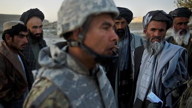 Un militaire américain et des villageois afghans, le 24 septembre 2012 [Tony Karumba / AFP]