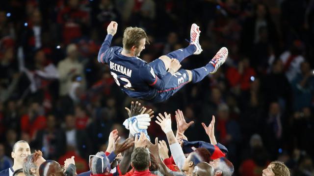 Le milieu de terrain du PSG David Beckham fêté par ses coéquipiers à l'issue du match contre Brest le 18 mai 2013 au Parc des Princes à Paris [Kenzo Tribouillard / AFP]