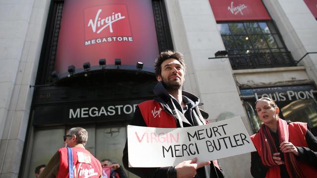 Des employés de Virgin Megastore manifestent devant le magasin des Champs-Elysées, à Paris, le 23 mai 2013 [Thomas Samson / AFP]