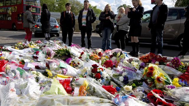 Des fleurs ont été déposées sur le lieu du meurtre du soldat britannique, à Londres, le 23 mai 2013 [Justin Tallis / AFP]