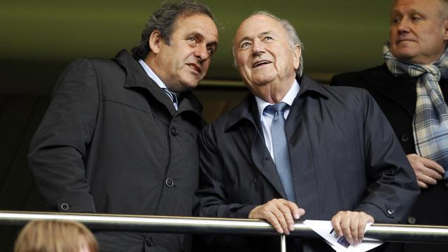 Le président de l'UEFA Michel Platini (g) aux côtés de Sepp Blatter (d), président de la Fifa, lors de la finale de la Ligue des champions féminine, à Londres, le 23 mai 2013 [Ian Kington / AFP]