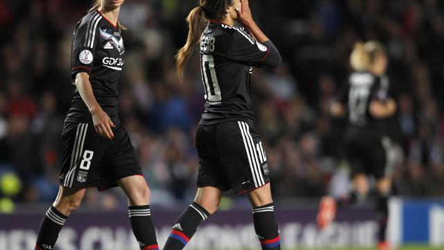 L'attaquante suédoise de Lyon Lotta Schelin et la milieu de terrain Louisa Nécib après la défaite en finale de la Ligue des champions féminine contre Wolfsburg, le 23 mai 2013 [Ian Kington / AFP]