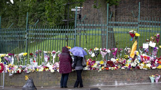 Des personnes viennent rendre hommage, le 24 mai 2013, au soldat tué à Londres [Justin Tallis / AFP]