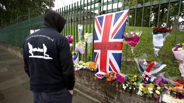 Un homme se recueille le 24 mai 2013 à Londres à l'endroit où un soldat britannique a été tué [Justin Tallis / AFP]