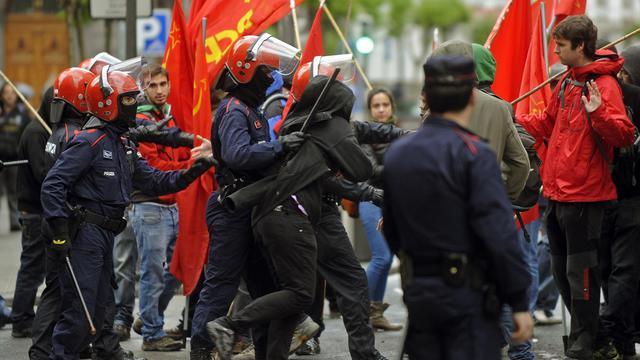 La police repousse des syndicalistes lors d'une manifestation, le 30 mai 2013 à Bilbao [Rafa Rivas / AFP]